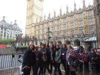 Przy-budynkach--Parlamentu-Medium